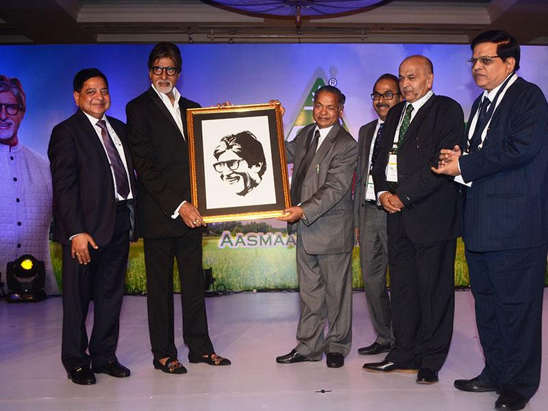2014-Group Chairman felicitating Amitabh Bachchan